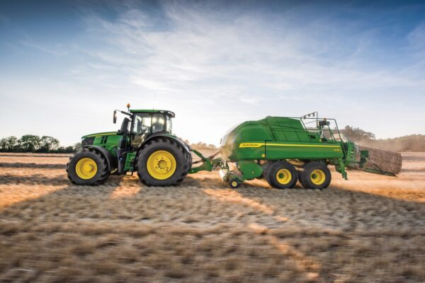 Le tracteur 250 CV JOHN DEERE sert à tirer ou trainer des machines agricoles pour labourer la terre, semer, récolter. L'engin agricole est disponible dans les agences Nova Location des régions PACA, Provence Alpes Côtes d'Azur, Auvergne Rhône Alpes, Occitanie