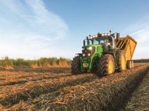 Tracteur 230 CV JOHN DEERE pour labourer la terre, semer et récolter - L'engin agricole est à louer dans les régions PACA, Provence Alpes Côtes d'Azur, Auvergne Rhône Alpes, Occitanie au sein des agences Nova Location